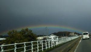 道路の向こうに虹が見えます