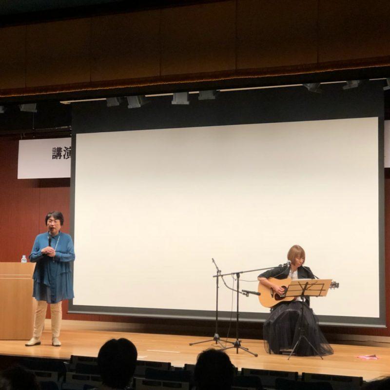 小林啓子さんが歌っている姿