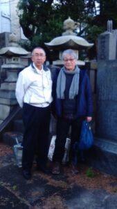 岡村昭彦の墓前で―山田さんと米沢